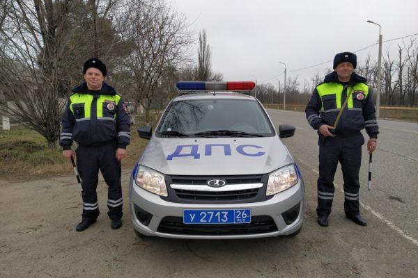 Инспекторы ДПС пришли на помощь водителю застрявшей фуры на Ставрополье