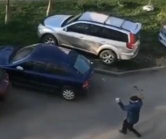 В Невинномысске неадекватный мужчина бил кирпичами стекла машин