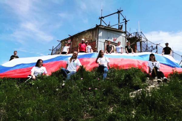 На горах КМВ появились российские флаги
