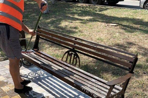 В Минводах неизвестные облили лавочки на аллее керосином
