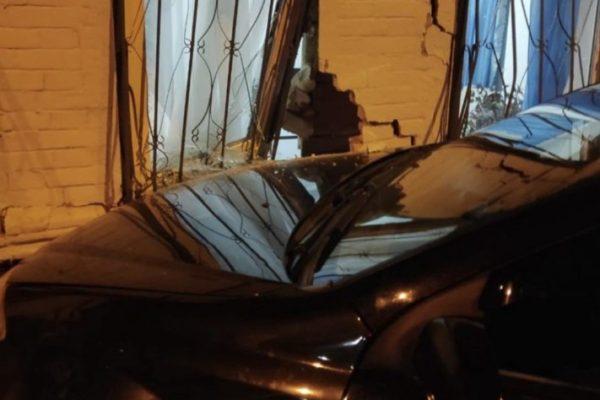 Легковушка в Ставрополе пробила стену частного дома