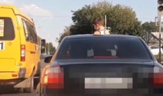 Жительница МинВод заплатит штраф за ребенка, высунувшегося из люка автомобиля