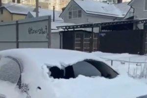Ледяная глыба пробила стекло машины в Ставрополе